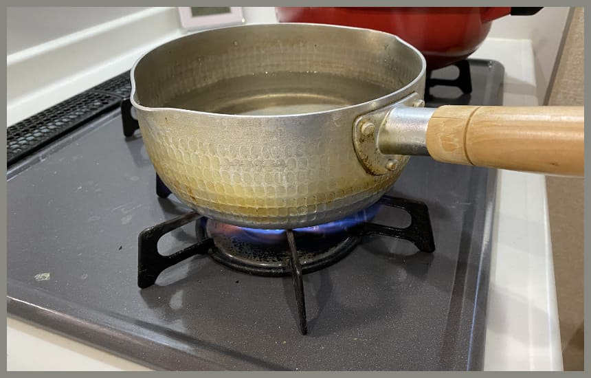 お湯を沸かしている