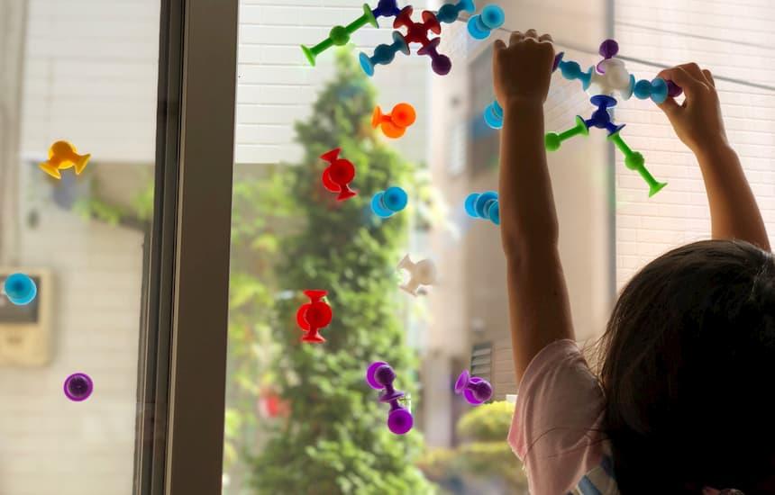 窓ガラスに子供がピタリコをつけている