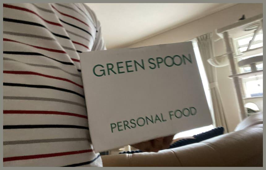 グリーンスプーンを持っている男性