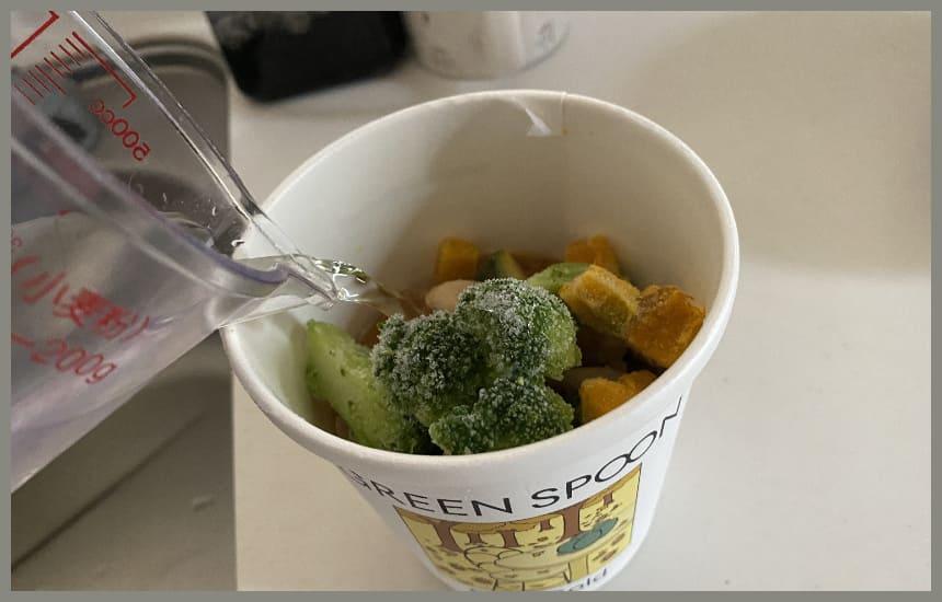 グリーンスプーンのスープに水をいれている