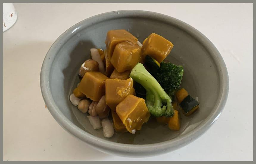グリーンスプーンのスープが入っている耐熱皿