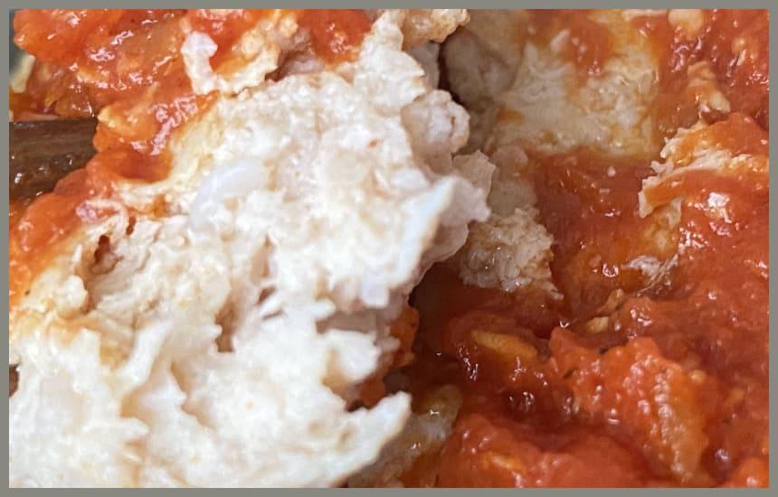 筋肉食堂deliの鶏肉の軟骨入りトマトソースハンバーグの中