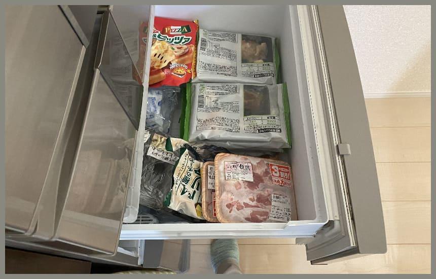 まごころケア食を冷凍庫にいれている