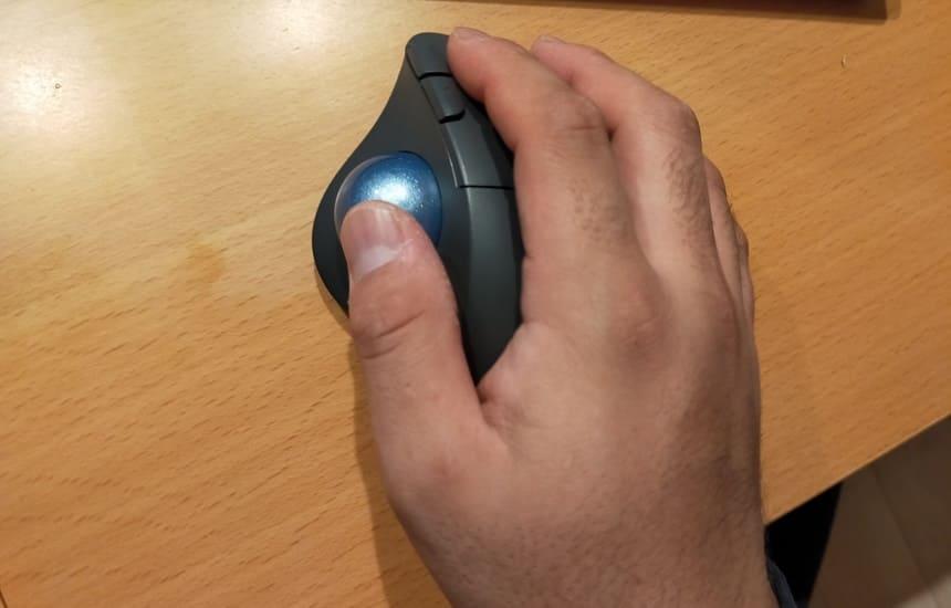 M575は親指で動かすトラックボール型マウス