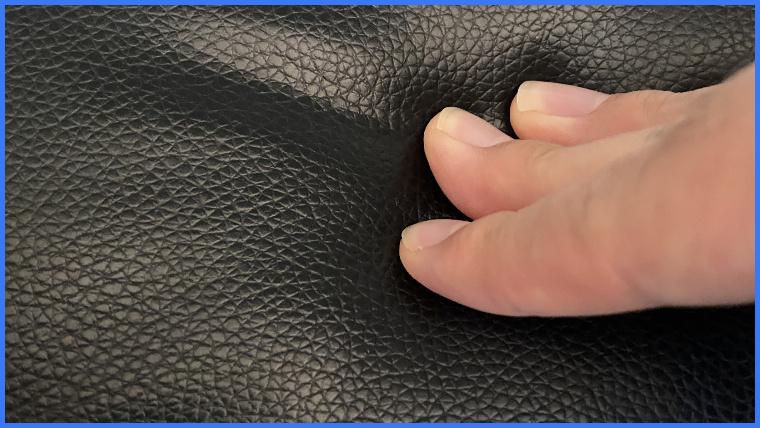 gt909の座面に手が触れている