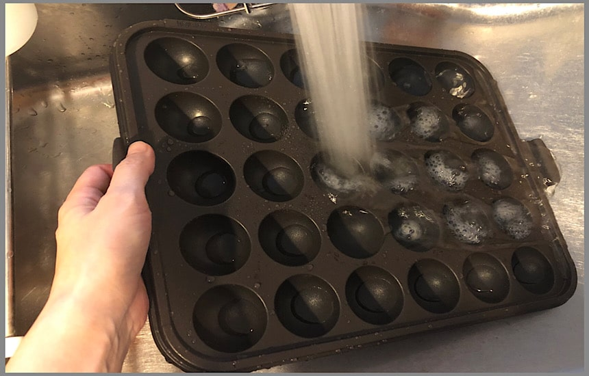 たこ焼きプレートを洗う