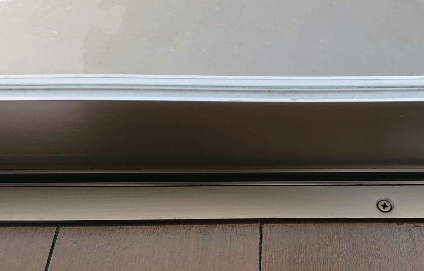 カビトルデスproで黒カビ取れた窓枠