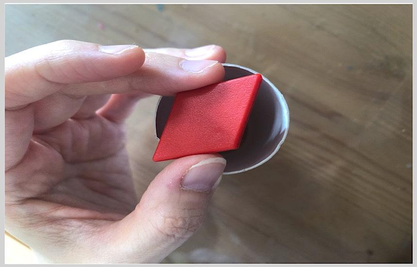 トイレットペーパーの芯上部からピースを入れる