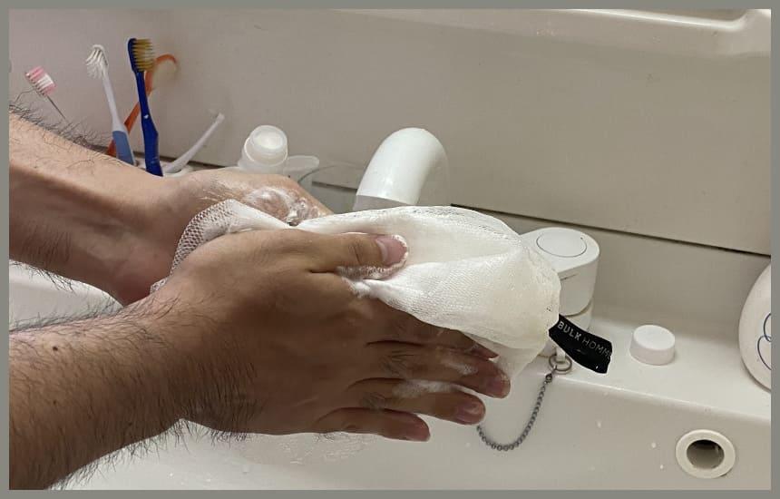 バルクオムの洗顔ネットで泡立てている