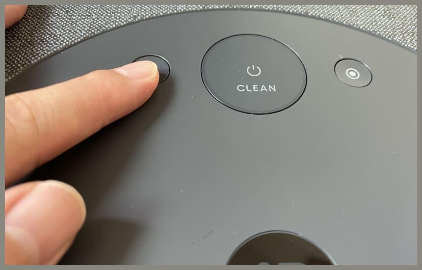 ルンバi3のボタンを押している
