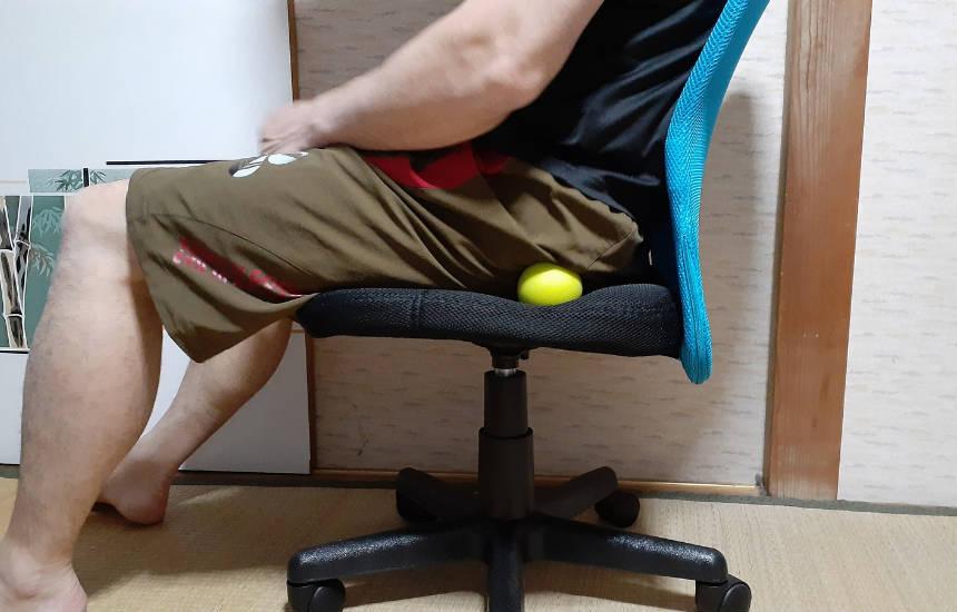 ※椅子に座ってお尻の下のマッサージ