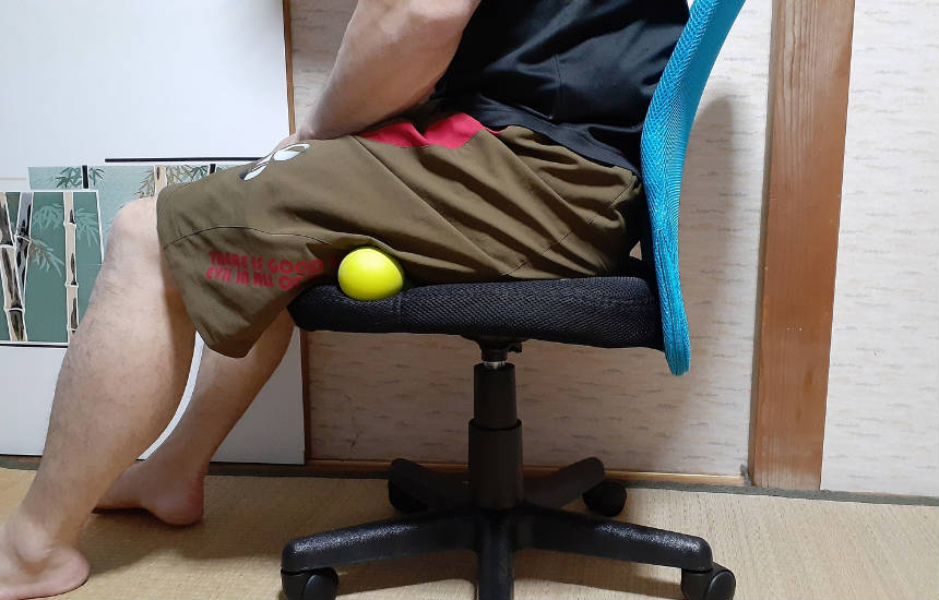 ※椅子に座ってふとももの裏のマッサージ