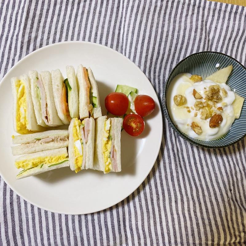 サンドイッチとヨーグルト