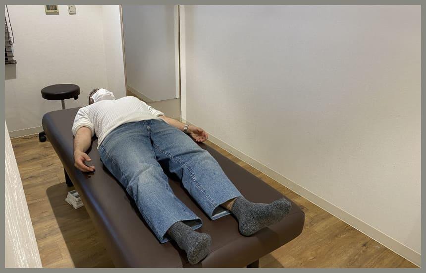 ベットに寝ている男性