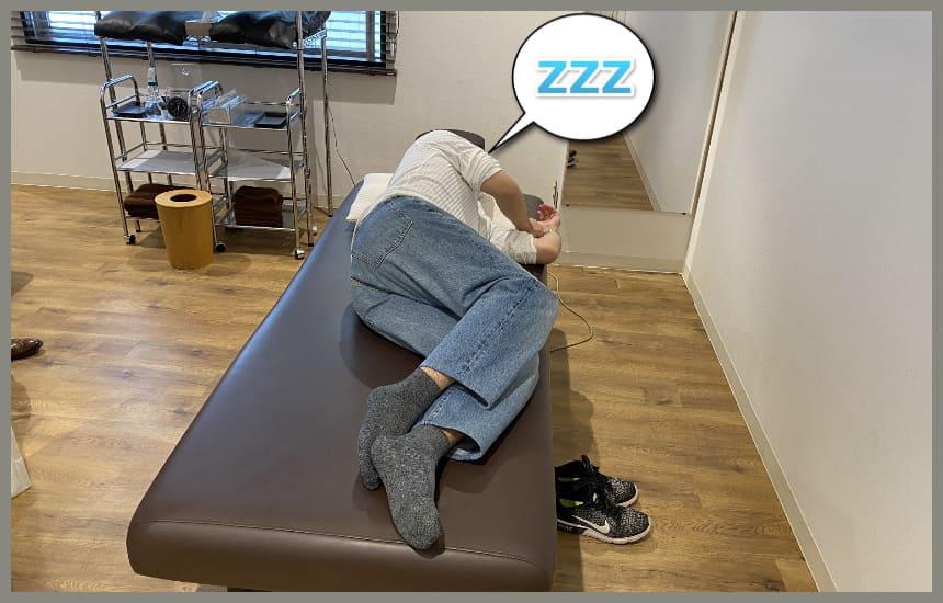 themakuraで寝ている男性