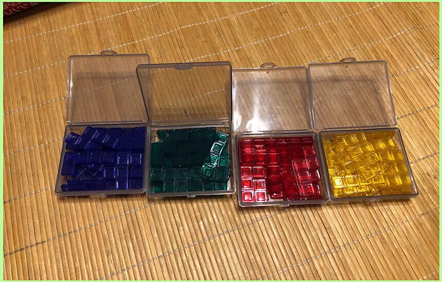 4色にわけてケースに入れる