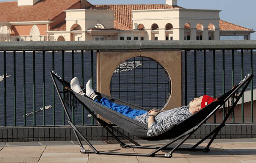 ゆらふわモックのロングタイプに187cmの男性が寝てる写真